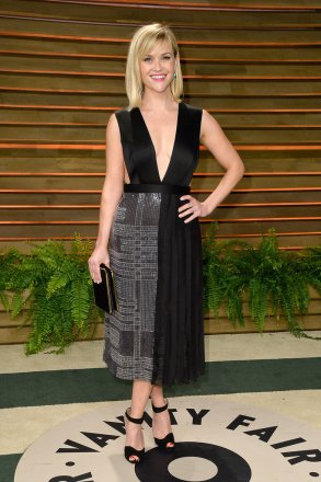 Reese Witherspoon in a BOSS dress with a Roger Vivier clutch and Irene Neuwirth jewels {Vanity Fair Oscar Party hosted by Graydon Carter}