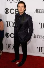 Orlando Bloom in a Navy Tux arrives at the 2014 Tony Awards Red Carpet.